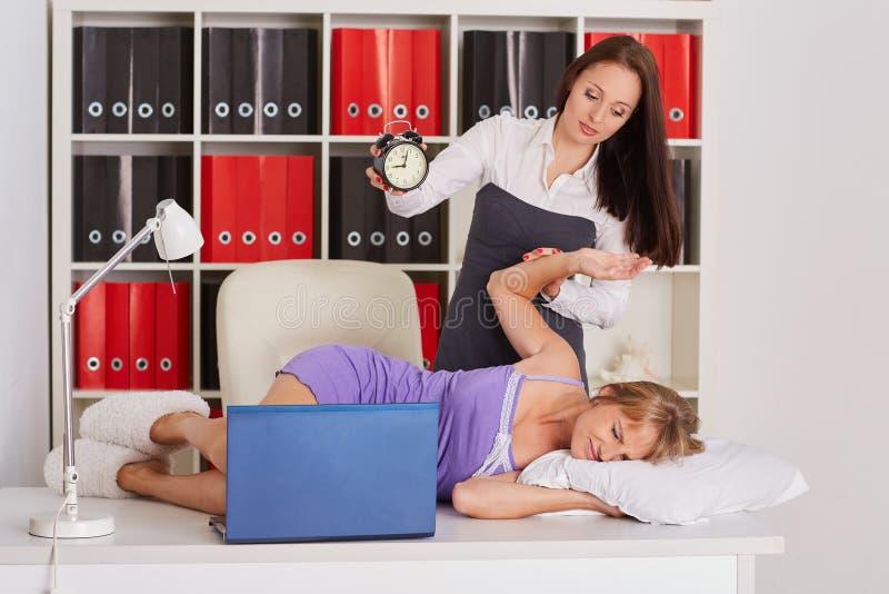 Trötta affärskvinnor i kontoret royaltyfri bild