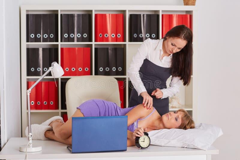 Trötta affärskvinnor i kontoret royaltyfria bilder