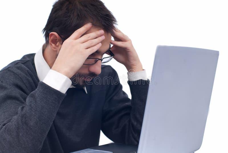 tröttad affärsbärbar datorman royaltyfri bild