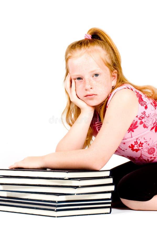 tröttad bunt för bokflickaavläsning royaltyfri foto