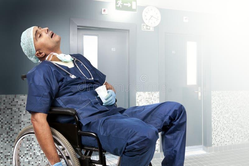 tröttad doktor fotografering för bildbyråer