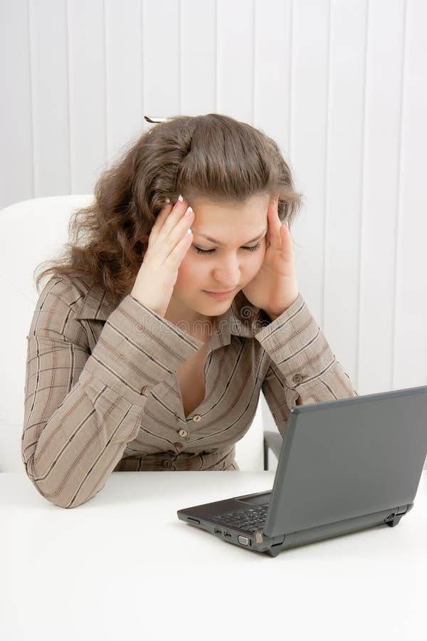 tröttad flickabärbar dator arkivbilder