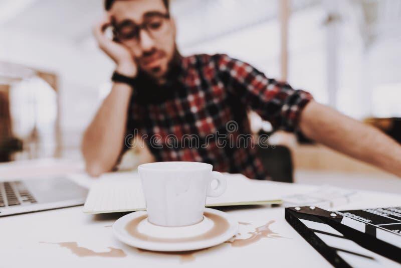 tröttad man Sitta på tabellen Kaffe male barn royaltyfri foto
