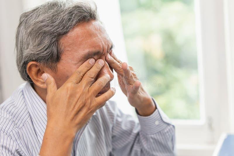 Tröttad rogivande massage för äldre självöga från retningproblemtrötthet och arkivfoton