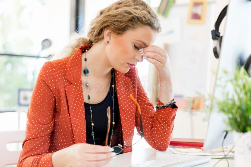 Tröttad ung kvinna i regeringsställning arkivbilder