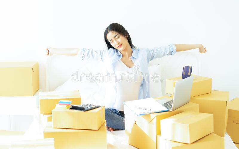 Tröttad ung tillfällig asiatisk arbetande små och medelstora företag för affärskvinnan som packar direktanslutet hennes sömn, öve fotografering för bildbyråer