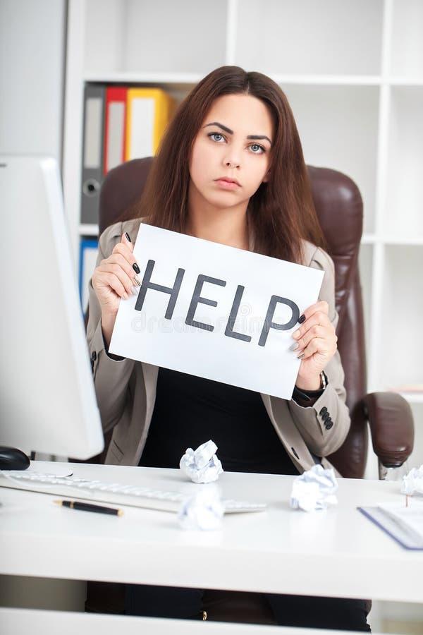 Tröttat och frustrerat kvinnaarbete för europé som sekreterare i stre fotografering för bildbyråer