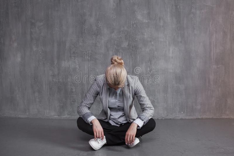 Trötthet yrkesmässig sammanbrott Den unga kvinnan i sammanträde för affärsdräkt i Lotus poserar, head ner arkivbild
