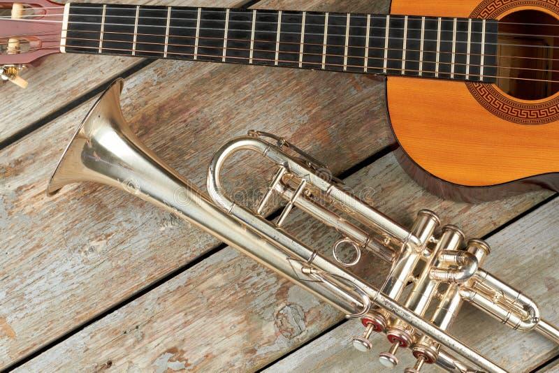 Trąbka i gitara akustyczna na drewnianym tle zdjęcie royalty free