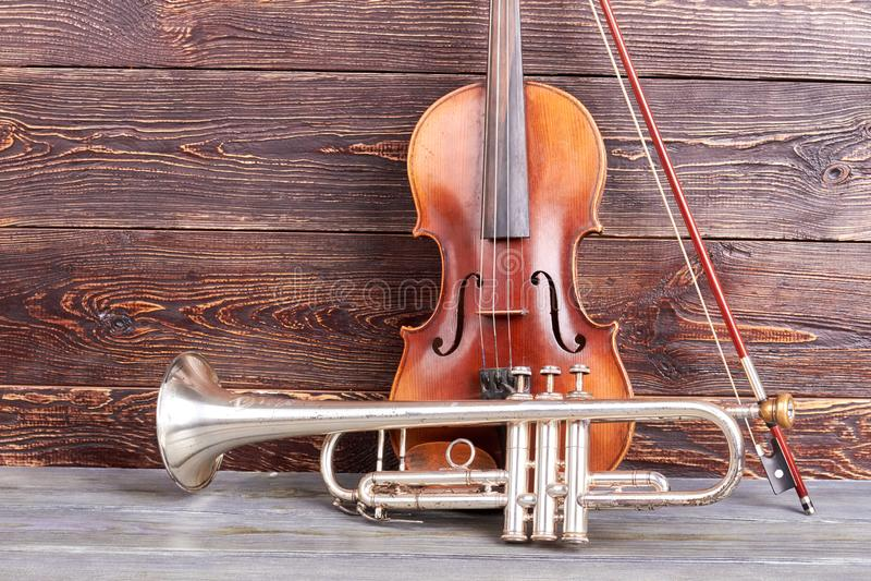 Trąbka i skrzypce na drewnianym tle obrazy royalty free