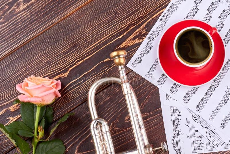 Trąbka, muzykalne notatki i filiżanka, zdjęcie royalty free