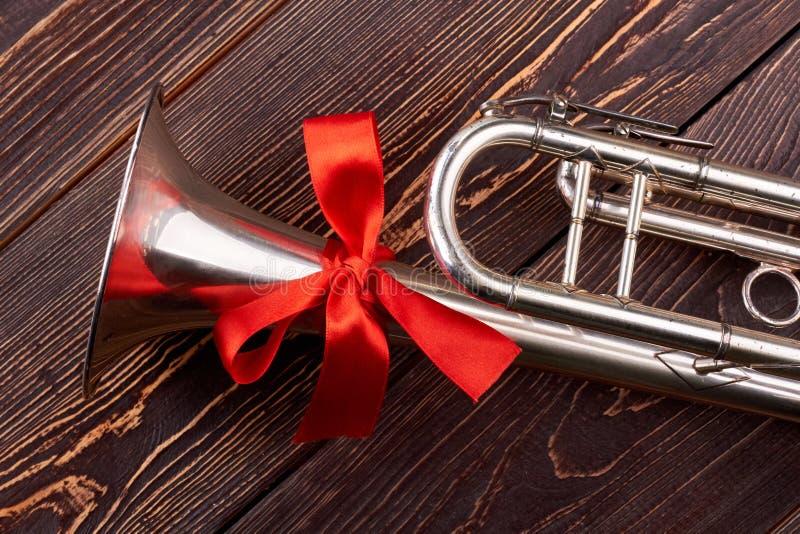 Trąbka z czerwonym łękiem zdjęcie royalty free