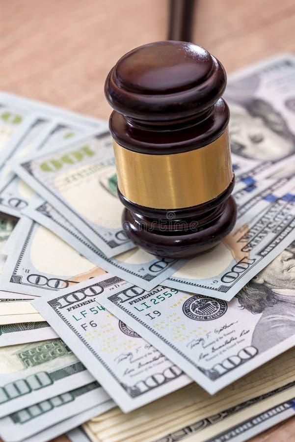 Tr?auktionsklubba med USA-dollaren p? skrivbordet close upp arkivbilder