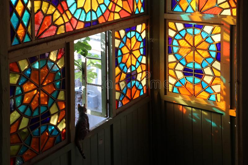 Tr?balkong i traditionell georgisk stil med m?lat glassf?nster royaltyfri foto