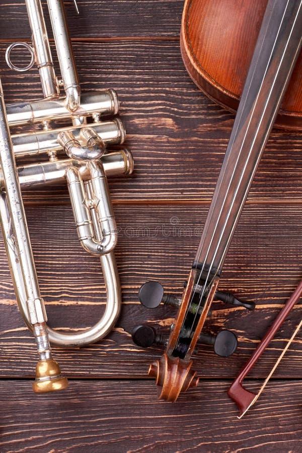 Tr?bka i skrzypce na drewnianym tle zdjęcia royalty free