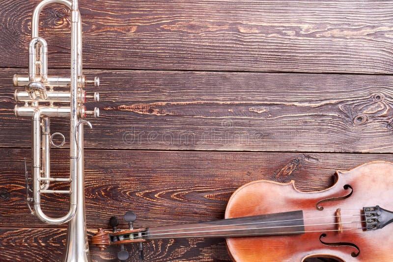 Tr?bka i skrzypce na drewnianym tle obraz royalty free