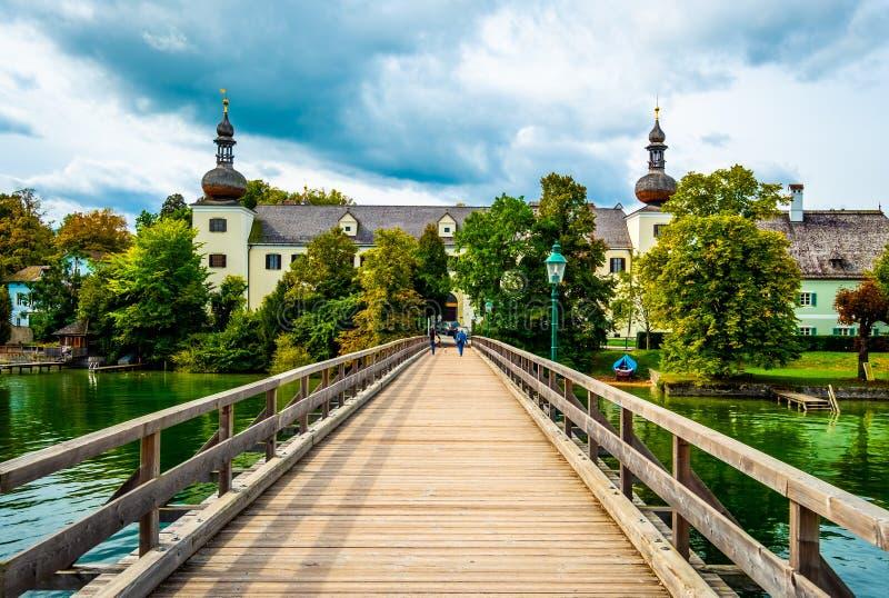 Tr?bro till den Schloss Ort slotten i Gmunden, ?sterrike royaltyfri fotografi