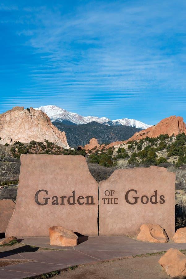 Tr?dg?rden av de steniga bergen f?r guding?ngstecknet ?ventyrar loppfotografi fotografering för bildbyråer