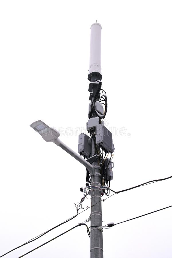 Tr?dl?s kommunikationsantenn Gatasändaren av internetsignalen på gataljuspol bakgrund isolerad white arkivbilder