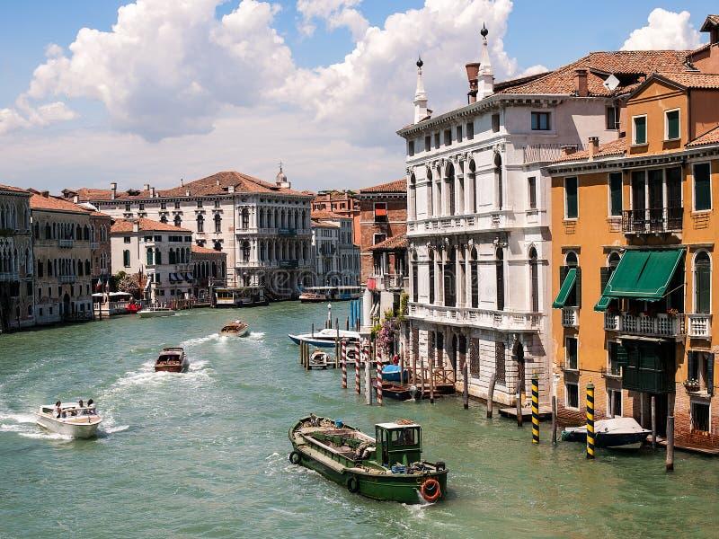 Tr?fego do barco em Veneza em Grand Canal imagens de stock