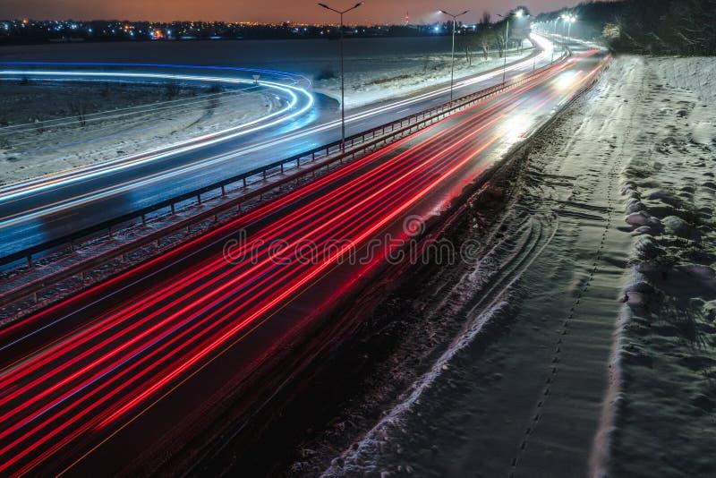 Tr?fego movente r?pido na noite Esta??o do inverno conceito da estrada, a remo??o de neve e de gelo, o perigo e a seguran?a do mo foto de stock royalty free