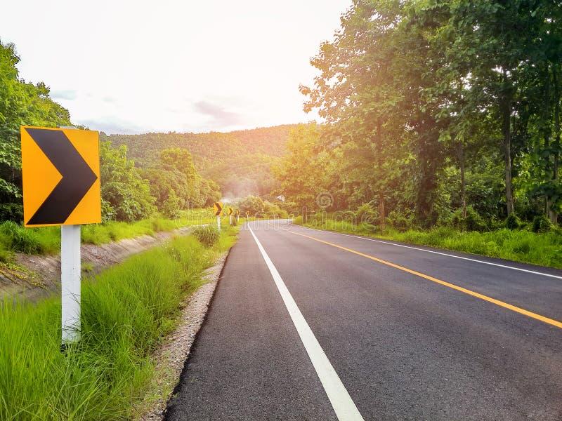 Tr?fego ou transporte, sinais direitos sentidos dianteiros na estrada fotos de stock