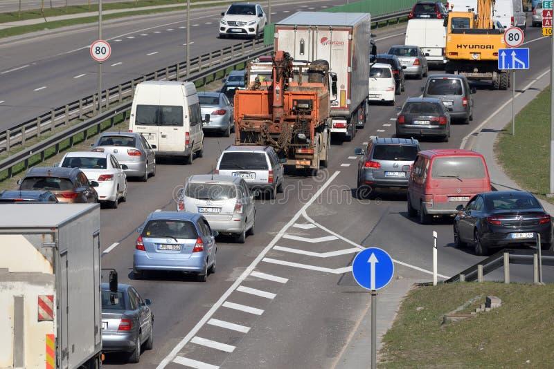 Tr?fico, coches en el camino de la carretera en Vilna fotos de archivo