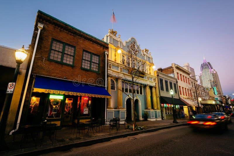 Tr?fico y edificios en Dauphin Street en la noche, en m?vil, Alabama imagen de archivo libre de regalías
