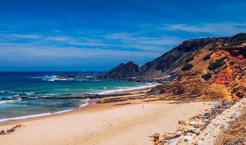 Tr?g?ngbana till strandpraiaen da Amoreira, omr?de Aljezur, Algarve Portugal Panorama fr?n den Amoreira stranden i Algarven arkivbilder