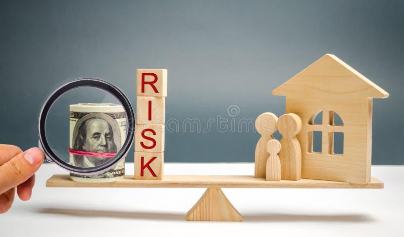Tr?hus och kuber med ordrisk- och familjst?llningen p? v?g Begreppet av risken, f?rlust av fastigheten Egenskap insurance arkivfoto