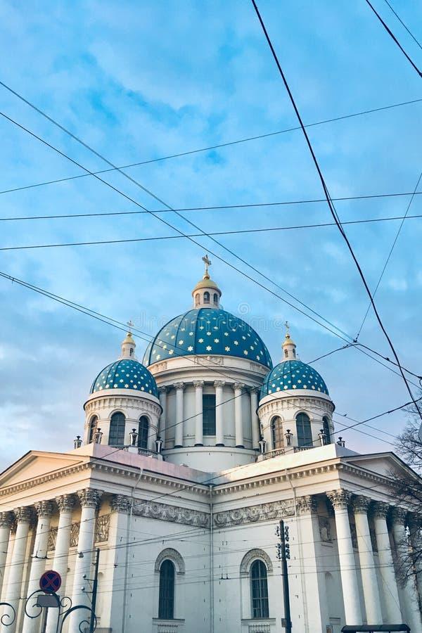 Tr?jcy katedra, ?wi?ty Petersburg piękna biała katedra z latającymi ptakami zdjęcie stock