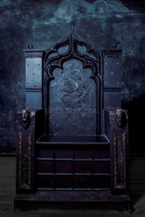 Trône vide trône gothique foncé, vue de face image stock