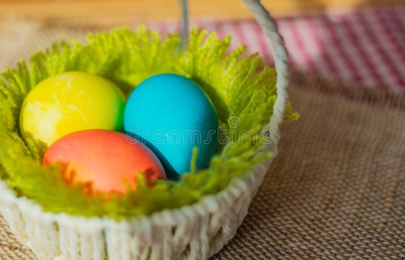 Tr?s ovos de Easter em uma cesta imagens de stock