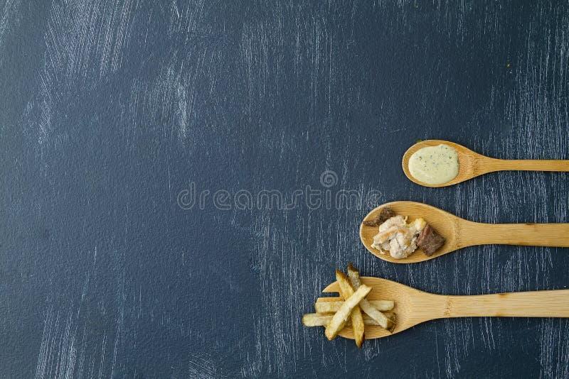 Tr?skedar med ingredienser som f?rbereder k?tt med potatisar och koriander royaltyfri foto