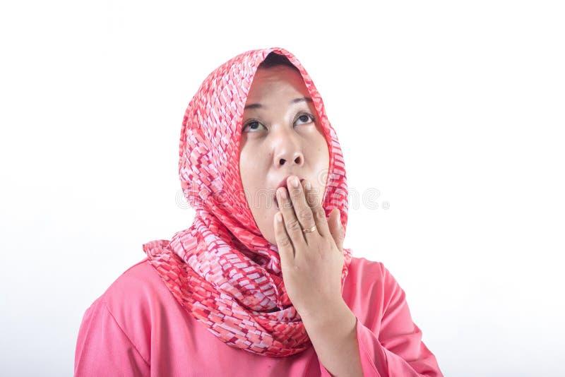 Tr?tt s?mnig kvinna som g?spar b?rande hijab royaltyfri bild