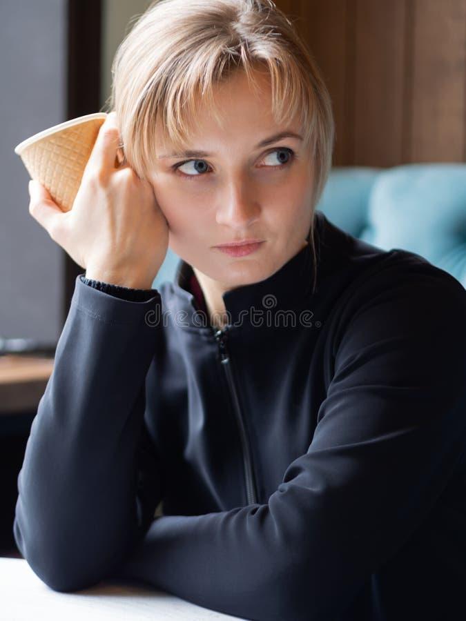 Tr?ttad s?mnig ung kvinna royaltyfri bild