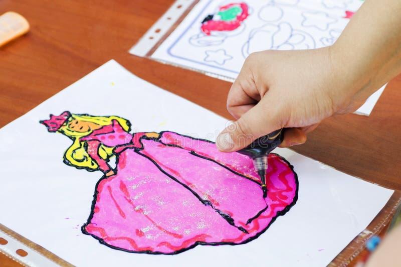 Tração da criança uma mulher Imagem do desenho da criança fora no verão foto de stock