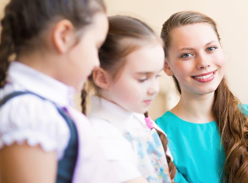 Tração das crianças com o professor fotografia de stock