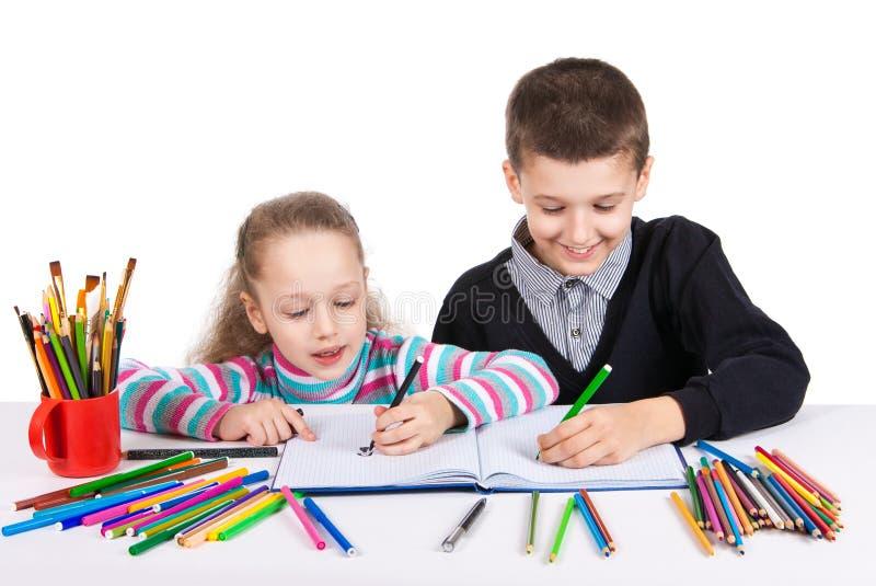 Tração engraçada feliz das crianças O menino e a menina tiram lápis Conceito da faculdade criadora foto de stock