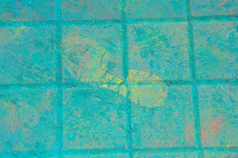 Traço de pés nas telhas de pavimentação cobertas com a pintura multi-colorida fotografia de stock royalty free