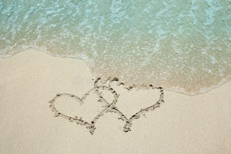 Traço do coração no litoral da areia fotos de stock royalty free