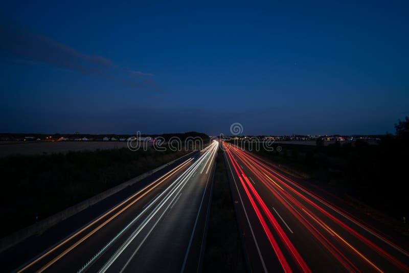 Traços claros na estrada fotografia de stock