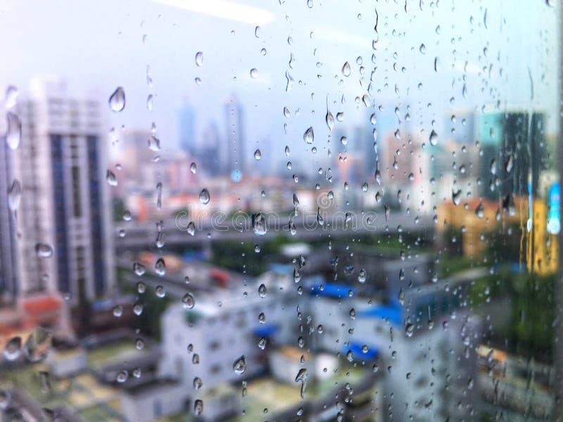 Traços de gotas de água que fluem no vidro foto de stock royalty free