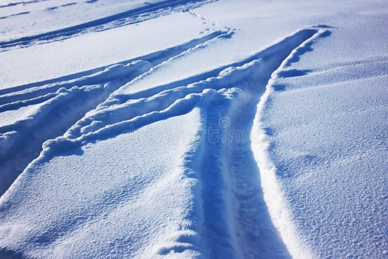 Traços de pneus de carro na neve imagens de stock