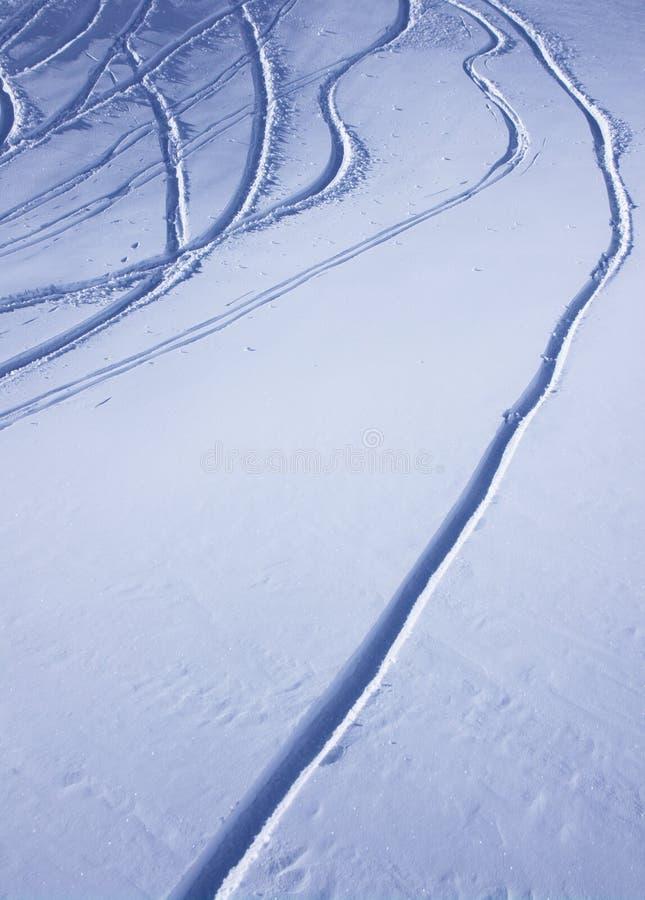 Traços do esqui na neve imagens de stock royalty free