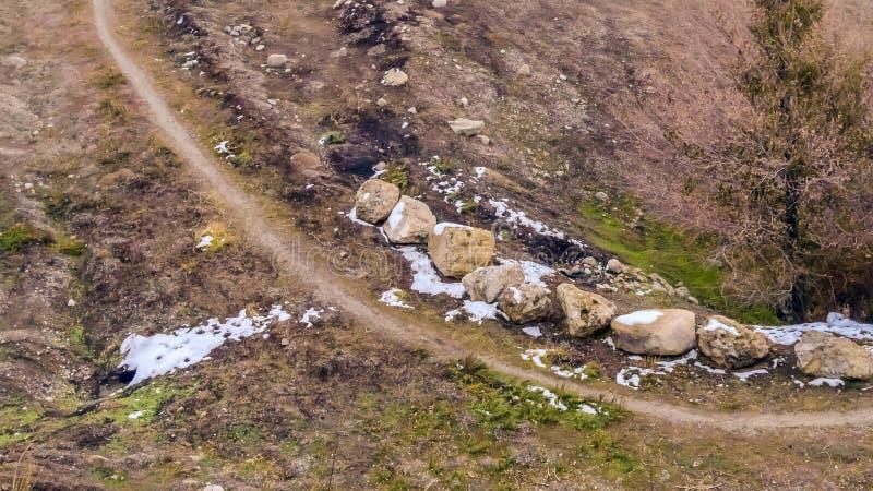 Traînée étroite de panorama sur une colline brune avec le ciel flou à l'arrière-plan photo stock