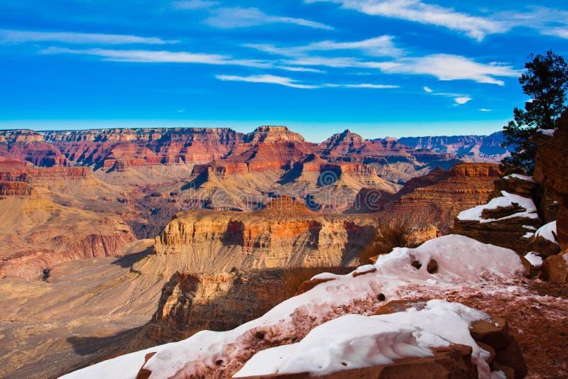 Traînée couronnée de neige en parc national de renommée mondiale de canyon grand, Arizona, Etats-Unis photos stock