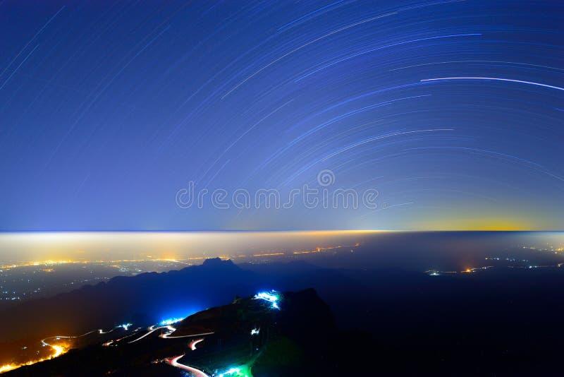 Traînée d'étoile au-dessus de la montagne image stock