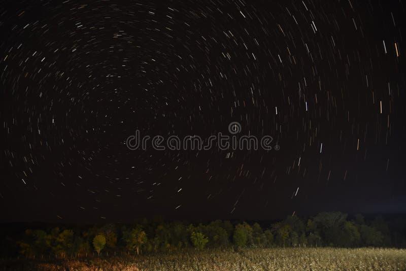 Traînée d'étoile couvrant le ciel à la forêt de Pench photo libre de droits