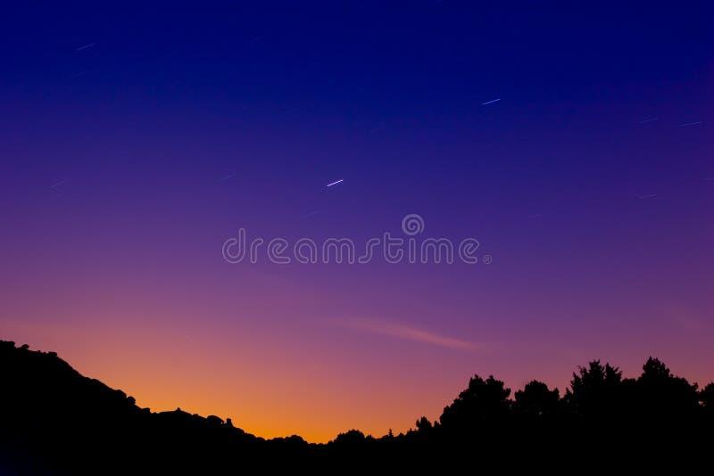 Traînée d'étoile dans le paysage de montagne photos libres de droits